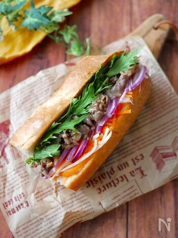 フランスパンにお肉や野菜やハーブ類などを挟んで頂く、ベトナムのサンドイッチ「バインミー」。オイスターソースで本格的な味に大変身!バケットをトースターやオーブンで少し温めてから具材を挟むのが、美味しく食べるコツです。