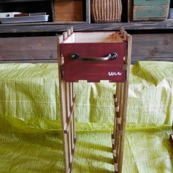 ボックスを挟むようにすのこを固定します。次に棚の底に補強用の木材を付けたら完成です。すのこに付いている棒がボックスを支えてくれるため、特別なことをしなくても引き出になりますよ。