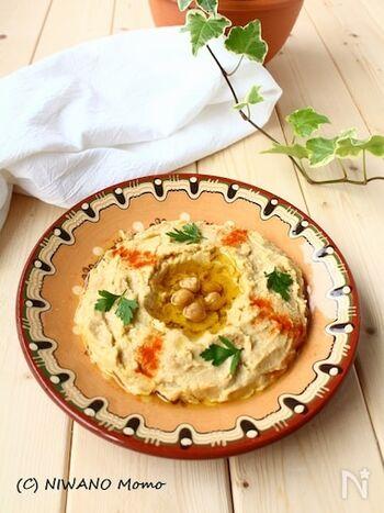 中東各国で日常的に食べられているフムス。ヘルシーなお料理ですが、深いコクと食欲をそそる味わいがたまらない一品です。お家で簡単に作れるので、パンや野菜に添えたり、軽食やおつまみにそのまま頂くのもおすすめです。