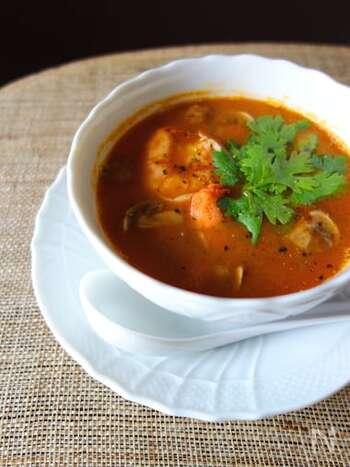 タイ料理といえば、やっぱりトムヤンクン!暑い季節にぴったりのスパイシーなアジア料理ですが、お家で作るのは難しそうなイメージがありますよね。だけどとっても簡単なんです!トマトや海老、身近な素材で15分で完成するので、トライしてみてくださいね。