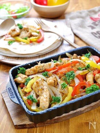 鶏むね肉で作るコスパ抜群、ボリューム満点のメキシコ料理、チキンファヒータ!パプリカやパセリを散らして彩り良く、同時に食感も楽しめます。そして調味料「オールドエルパソ タコシーズニング」が味の決め手。これがあれば、お手軽にメキシカンを楽しむことができるんです。