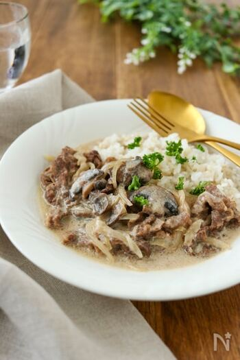 牛肉とマッシュルームを煮込んだ「ビーフストロガノフ」は、ヨーロッパではなくロシアの伝統料理。このレシピでは、身近にあるお財布にもやさしいヨーグルトを使用しているので、さっぱりした仕上がりに。濃いめが好きな方は、生クリームやバターを加えるとコクが出てきます。