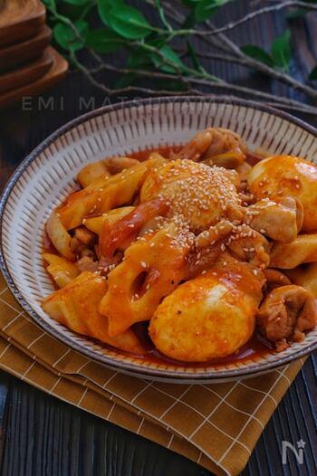 ちくわぶは韓国の餅料理トッポギの代用にぴったり。斜めにカットすれば、見た目もそれらしいですね。鶏肉やゆで卵と共に煮込んだら、食べ応えのある一品が完成。