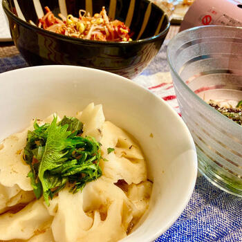 かつおぶしを効かせて甘辛の和風味をしみ込ませた煮込み。面倒な下準備はなく、調理時間は約10分。お鍋やおでんよりもずっと簡単に、美味しい一品が出来上がります♪
