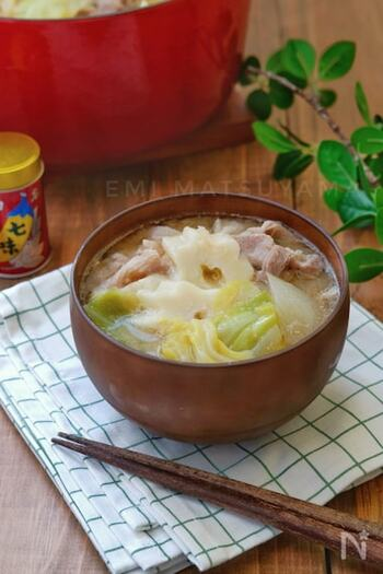 豚肉、野菜、ちくわぶを煮立たせたほっこり豚汁。日本の伝統料理すいとんのような、身体も心も温まる美味しさです。マンネリになりがちな味噌汁のバリエーションに、こんなレシピを加えてみて。
