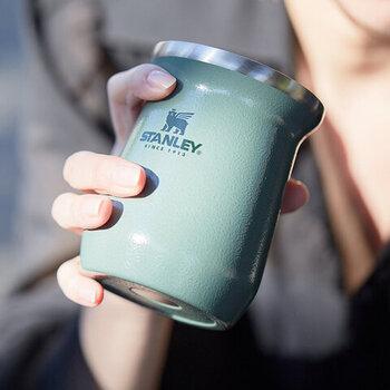 こちらは、安定感のある小ぶりのタイプ。独特の形状によって香りが立ちやすく、アウトドアシーンでコーヒーやワインを味わうカップとして最適。温もりを感じさせてくれるマットなカラーで普段使いにも活躍してくれます。