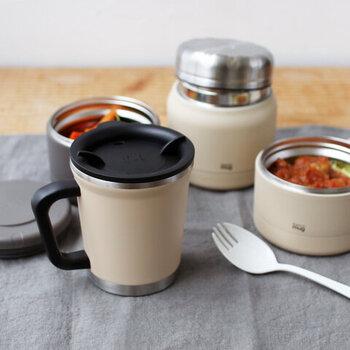 温度を保つ二重構造のキッチンウェアを多様に展開しているブランド「thermo mug(サーモマグ)」。その中でも片手で飲みやすく職場での利用やランチタイムに絶好なマグカップが、このダブルマグです。カラーはアイボリーとスモークグレーの2種。フード容器と一緒にシリーズで揃えてみるのもいいですね。