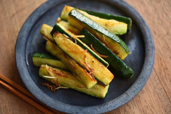 ズッキーニと生姜を使った簡単副菜。生姜の風味が香るシンプル調理で、素材の味を引き立てます。ズッキーニはじっくりと火を通すことがポイントなのだそう。中がとろりとやわらかい食感が堪能できますよ。