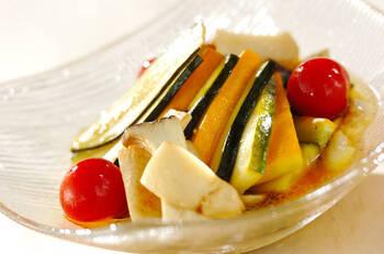 色鮮やかで見た目もおしゃれ。さっぱりおいしい夏野菜のマリネはいかが?野菜に少し焼き色を付けてからマリネ液に浸すと味がしみこみやすくなります。冷蔵庫で冷やしてから、食べる直前に盛り付けて召し上がれ。
