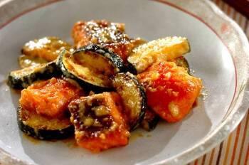 ご飯がすすむ、鮭とズッキーニのみそマヨ和えです。こんがり焼いた鮭とズッキーニに、相性抜群のみそとマヨネーズを合わせていただきます。ズッキーニにはじっくりと火を通すことでやわらかい食感に。ボリューム満点の一品です。