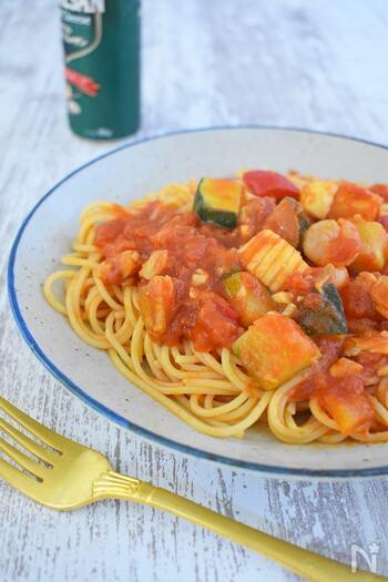 ゴロゴロ野菜がたっぷり♪大きめに切った野菜とシーフードミックスで作るアラビアータです。野菜の食感と、唐辛子のきいたピリ辛味のトマトソースがあと引く美味しさ。暑い夏にもピッタリなパスタをぜひ堪能してみてはいかが。