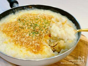「シーフードドリア」もオーブンを使わず、フライパンひとつでつくれちゃいます。冷凍シーフードミックスで準備が楽チン。ホワイトソースも使わないので、余りを何に使うか悩まなくて大丈夫♪