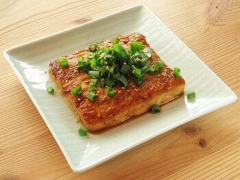 冷や奴に飽きたら試したい「豆腐ステーキ」。ヘルシー食材ながら甘辛ソースでしっかりした味付けなので満足度◎。しっかり焼き目をつけることでソースがよく絡みます。