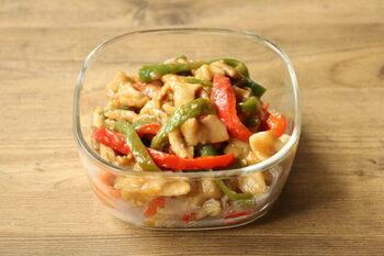 「チンジャオロース」もレンチンでつくれます♪焼き肉のたれを使うので、味付けも簡単!ピーマンだけでなくパプリカも加えることで、彩りも栄養もアップします。