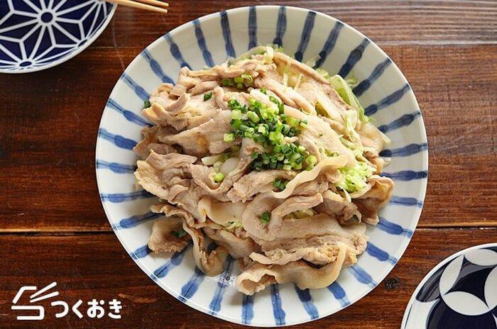 相性バツグンの豚✕キャベツでつくる「豚バラキャベツのうまだれレンジ蒸し」。中華スープの素を使ったうまだれで、モリモリ食べられます。加熱ムラにならないよう、なるべく豚肉が重ならないように並べて。