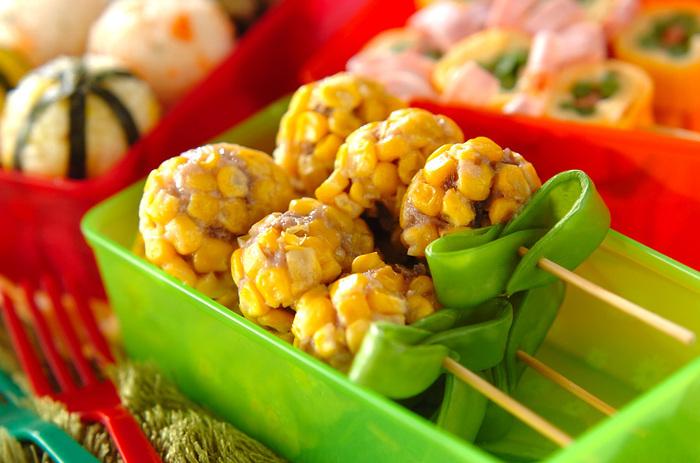 肉団子にコーンをまぶしてレンチンするだけ。絹さやを葉っぱに見立てて、かわいいお花のようなミートボールができあがります。お弁当がパッと明るくなりますね。葉っぱなしなら男の子のお弁当にもよさそう。