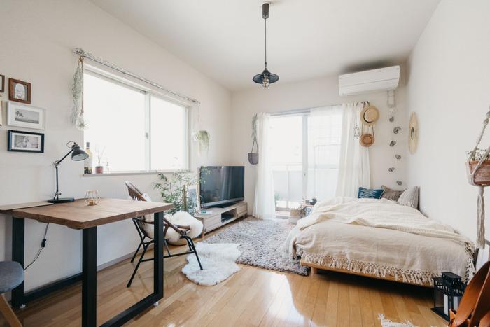 少し広めのお部屋に、ソファを置くかわりにセミダブルサイズのベッドを置いて。デスクやリラックスチェアなど、オンとオフを上手に切り替えられそうな家具のチョイスが魅力的です。