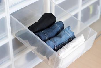 ズボンでもカットソーでも、引き出しに収納する時はたたんだアイテムを「立てて」収納しましょう。立てることで引き出しをあけた時に見やすくなるため、コーディネートを考える時もスムーズです。また手持ちの種類を把握できるので、同じようなものを買わなくなるメリットも。