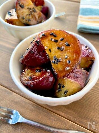 子供が大好きなメニューの定番、大学芋。サツマイモを揚げるのは手間がかかりそうなイメージですが、こちらはレンジにかけてたれを絡める、簡単・おいしいレシピです。