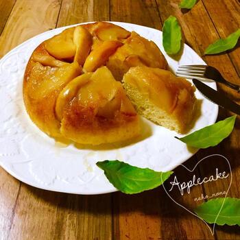 バターの風味とりんごの甘い香りが漂うコンポートケーキ。りんごのコンポートとホットケーキミックスの生地を炊飯器に入れてスイッチオン。失敗なしで美味しいりんごケーキが簡単に作れてしまいますよ。
