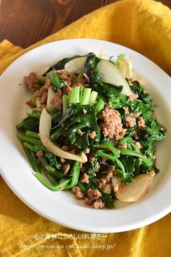 火が通りやすい食材でパパッと作れる時短レシピ。豚ひき肉に赤味噌などの調味料を混ぜておくので味もしっかりついて、箸も進みます。栄養たっぷりですぐ作れるので、簡単ランチや忙しい日の夕飯にぴったり。
