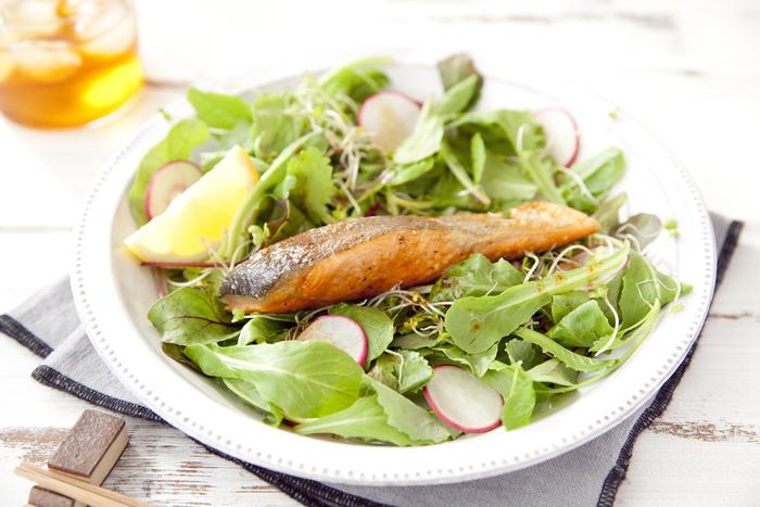 まるでレストランのメニューのような、サラダと食べる鮭のムニエル。お好みの葉野菜の上にムニエルを乗せることで、お魚の旨みとともに、野菜もたっぷり食べられます。