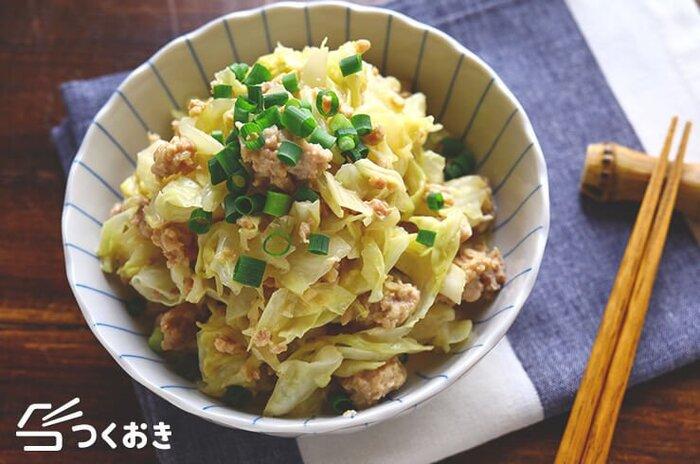 細切りしたキャベツに鶏ももひき肉をレンジ加熱し、水気を切ってめんつゆマヨネーズで和えて完成の簡単レシピ。油も使わないのでヘルシーで、野菜もお肉もたっぷり食べられるのが嬉しい。