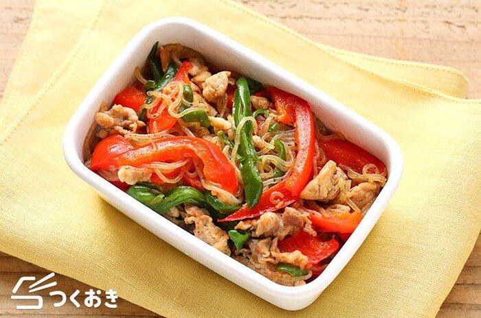 ピーマンとパプリカの色合いが鮮やかな野菜炒め。豚肉やしらたきにも味が染み込み、冷めても美味しいので、お弁当や作り置きにもおすすめです。お皿やお弁当箱に盛るだけで食卓がぱっと華やかになります。