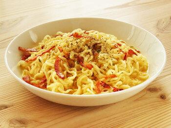 インスタントラーメンを「カルボナーラ」にアレンジ♪麺だけでなく粉末スープも活用して、味付けラクラク。牛乳と卵を加えるときは一度火を止めると失敗しません。