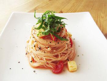いつものそうめんに飽きたら「トマトとチーズのイタリアンそうめん」で洋風に。麺をゆでる以外は火を使わず、切って混ぜるだけ♪10分もかからないスピードメニューです。