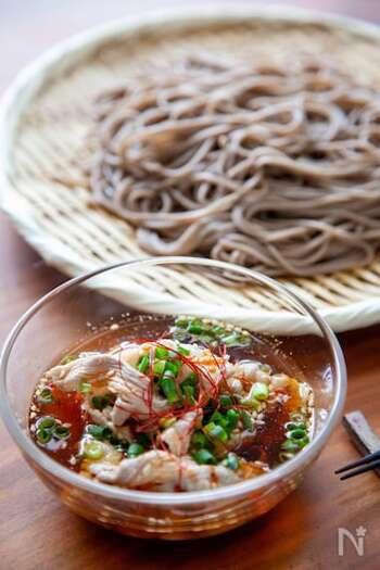 冷やしても温めても美味しい「ピリ辛豚バラつけそば」。アレンジしにくいイメージのそばも、にんにくと豆板醤でパンチの効いた中華風に♪たんぱく質がとれるのも嬉しいポイント。