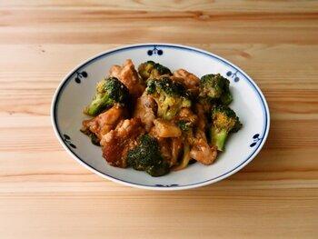 鶏もも肉の旨みがたっぷりブロッコリーにも染み込んだ、こってり美味しい一皿。甘辛味噌とごまが食材に絡み、どんどんご飯が進む美味しさです。