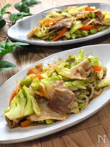 オイスターソースや鶏がらスープの素など旨みたっぷりな調味料でサッと炒める、肉野菜炒め。豚バラスライスと種類豊富な野菜がたっぷり入って、これ一皿で家族も大満足な美味しさです。