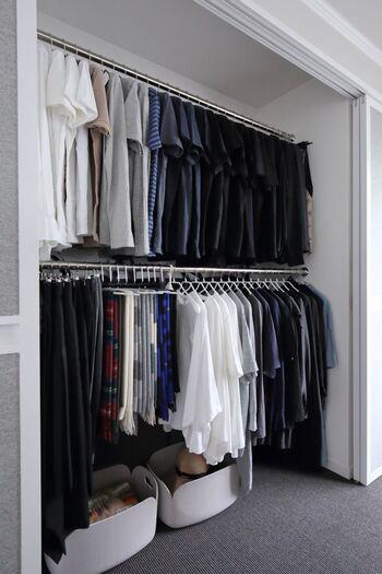 ズボンをMAWAハンガーにするなら、トップスも統一するのがおすすめ。MAWAハンガーはさまざまな形のものがあるので、いろいろな服をかける収納にできます。大量に洋服がある時も、ハンガーの種類を統一するとすっきりおしゃれに!