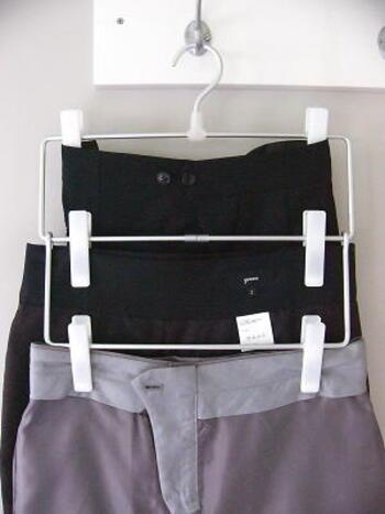 無印良品の3段タイプのハンガーを使えば、省スペースにズボンを収納できます。1本のハンガーでズボンを3着かけられるので、狭いクローゼットも有効活用できますね。ハーフパンツなど丈の短いズボンをかける収納にする時にもおすすめです。
