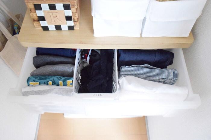 こちらは子供服を収納している衣装ケースですが、1番上の段に朝の身支度で着るものを全部集めているのが特徴。トップスとズボン、靴下をあちこちの引き出しから出さずに済むので、サッと着替えられる仕組みです。
