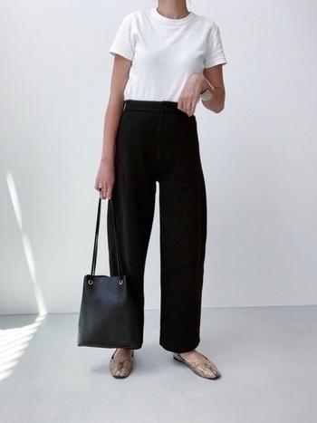 しっかりとした素材感にこだわって作られた、クルーネックTシャツは、ユニクロユーの定番マストバイアイテム。コンパクトに着られるデザインですが、ぴったりしすぎない絶妙なフィット感で、体をすっきりと美しく見せてくれます。メンズサイズも展開していますが、大人の女性から特に人気が高く、コスパ最強と名高いアイテムです。