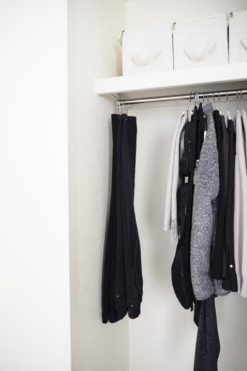 クリップにフックがついているのでサッとクローゼットにかけられます。この時ズボンの裾を上にしてはさむと、ウエスト部分の重みででシワが伸びるメリットもあります。省スペースに収納できるのもポイント。