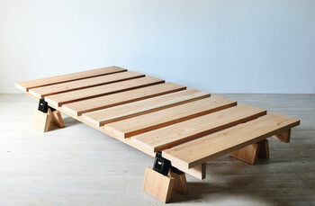 組み合わせる角材を短くカットして、脚の長さを調整すれば、風通しのいいベッドにも。  ベッドの下に空間があると、マットレスも湿気を帯びにくくなりますし、バスケットなどを入れて収納力アップもできますよ。