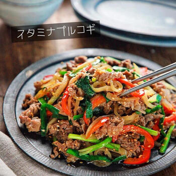 ポリ袋に材料をすべて入れて下味を付けて炒めるだけの、プルコギ簡単&時短レシピ。しっかり揉みこむことで味が染み込み、ご飯にもよく合う一皿で、これだけで栄養たっぷり、ボリュームもある、忙しいときに嬉しい一皿です。