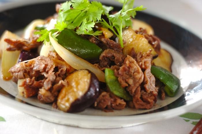 なすやピーマン、玉ねぎがたっぷりの、こま切れ肉で作る野菜炒め。火の通りにくい食材から順に炒め、合わせ味噌を最後に加えて仕上げます。牛肉があると牛丼になりがちな、レシピに迷っている方にもおすすめの簡単レシピです。