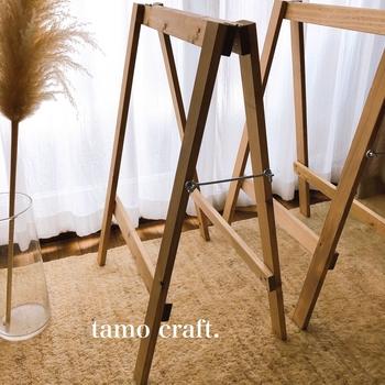 節のあるトド松を使ったナチュラルテイストの馬脚。仕上げにはオールナットニスを使い、美しい木目を際立たせています。使わないときには折りたたみ可能。  サイズは高さ65cmのタイプと、高さ80cmのタイプの2種展開。幅はどちらも45cmです。どこで使うかによって、ぴったりな高さも変わります。どういうシーンで使うのか、想像してからサイズを決めるといいですね。  【素材】 トド松/オールナットニス
