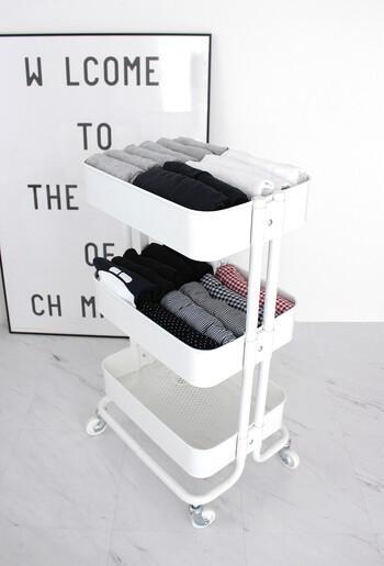 IKEAのワゴンにルームウェアのトップスとズボンをすっきり収納するアイデア。キャスター付きで動かしやすく、洗面所に置いておくのもよさそうですね。サッと取り出しやすく洗濯後も収納しやすいメリットがあります。