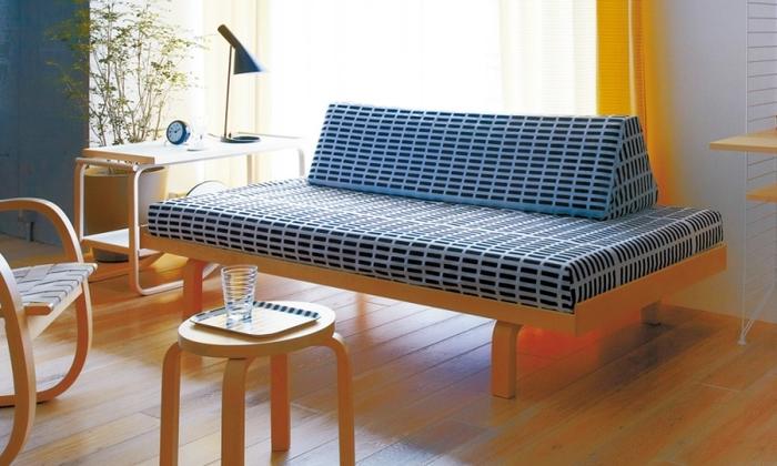 1935年に設立された北欧を代表するファニチャーブランド「アルテック」は、アルヴァ・アアルトをはじめとする4人のデザイナーが立ち上げたブランドです。  今や北欧インテリアの特徴的デザインともいえる曲げ木技法L-Leg(エルレッグ)を、はじめて世に送り出したのが、アルヴァ・アアルト。  北欧インテリア好きには「スツール60」は外せないインテリアなのではないでしょうか。 こちらはベッドとしても使用できる「デイベッド」です。