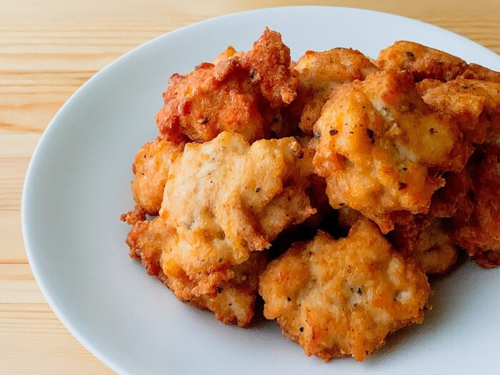鶏のむね肉を包丁で叩くかフードプロセッサーで細かくし、フライパンで揚げると、子供に大人気のチキンナゲットに!包丁で叩いた方が細かくなりすぎないので美味しくできるそう。お好みでケチャップやマヨネーズを付けてもいいですね。