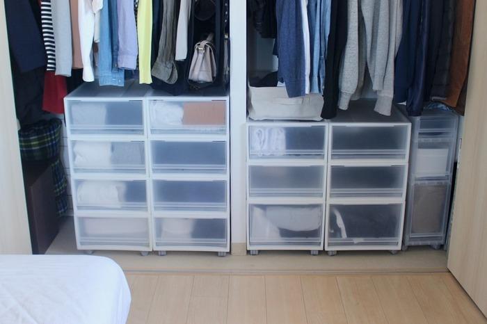限られたクローゼットスペースを有効活用するなら「かける収納」と「たたむ収納」を使い分けましょう。下の部分に衣装ケースを取り入れてたたんだズボンを収納すれば、トップスとボトムスでうまく分けられます。