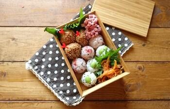 枝豆と梅のコロコロおにぎりは、彩りも美しくお弁当映えします。食べやすいように小さめに握って。鶏つくねや枝豆は冷凍食品を使えば、さらに手軽に作れそう!