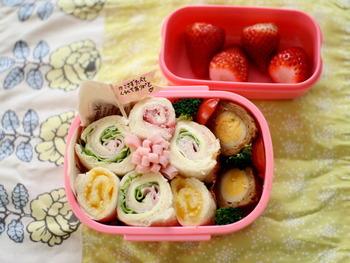 食パンにハムや野菜、ジャムをくるくる巻いて作るサンドイッチは、食べやすくてお弁当にもぴったり!こんな風に並べて、お花の形にすると遠足などにもおすすめです。