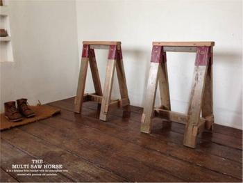 古材を使ったアンティークの馬脚です。上に天板をのせて、テーブルのように使うもよし、進入禁止の看板代わりに使うもよし。趣のある馬脚ですね。下の部分には「STAFF ONLY」 と 「PARTS AND SERVICE」の文字が入っています。  【素材】 古材