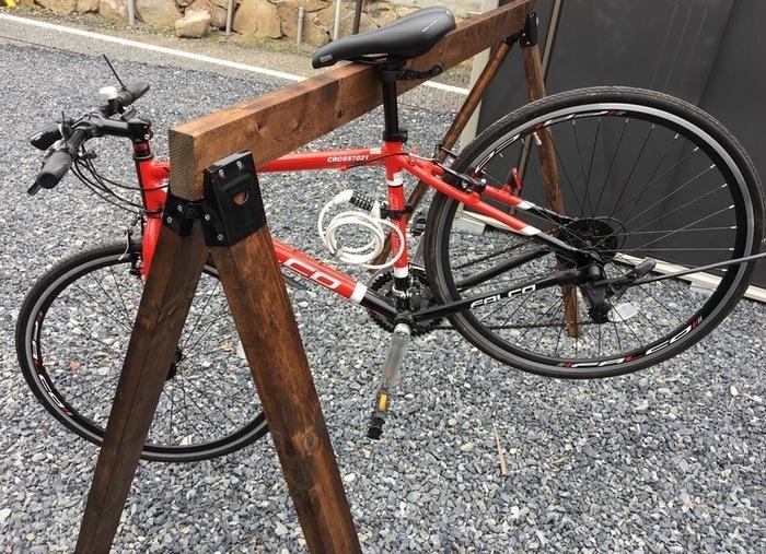 スタンドのないスポーツタイプの自転車を引っかけるサイクルラック。サドルの部分をバーにかけて使います。  壁にたてかけておくと、自転車に傷がつくこともありますが、これならきれいな状態で保管できますよね。家の前などに置く場合は、しっかり施錠を忘れずに。